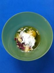 2 mezclar huevo, queso, aceitunas, levadura