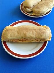 bocadillo de tortilla de chorizo