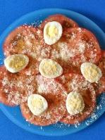 ensalada de tomate con huevos de codorniz y parmesanooo