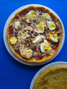 pizza de champiñon, cantimpalo, pimientos y huevo con fainá