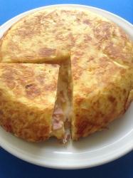 tortilla de patata rellena de jamón y quesoo