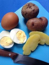3 huevos y papas por la mitad