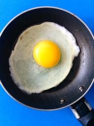 26 freir huevo