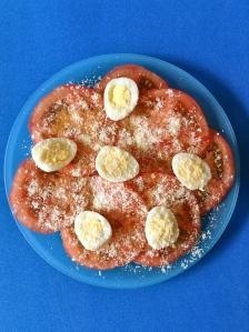 ensalada de tomate con huevos de codorniz y parmesanoo