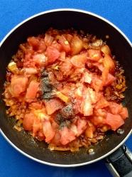 3 añadir tomate y especias