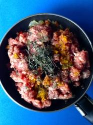 2 añadir carne especias hiervas