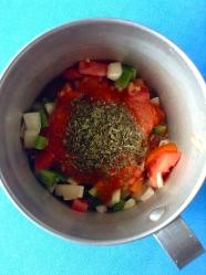 2 añadir salsa tomate y especias