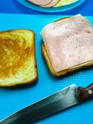 3 poner jamon y queso en la parte tostada