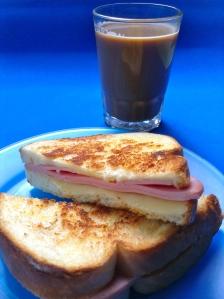 emparedado caliente de jamón y quesoo