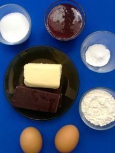 bizcocho de fresa y chocolate ingr