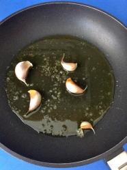 4 añadir aceite y ajos