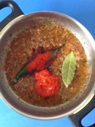 4 añadir pimentón y pimiento choricero