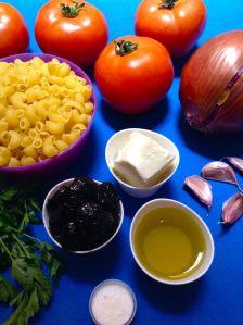 pasta con tomate, perejil, aceitunas y mozzarella ingr