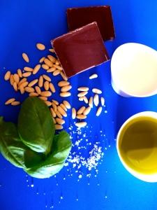 crema de chocolate con albahaca y piñones ingr