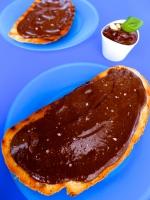 tostada de crema de chocolate con albahaca y piñoness