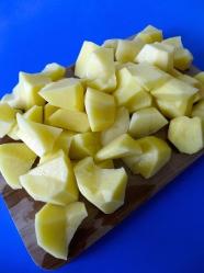 1 pelar y partir patatas