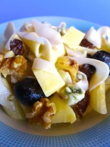 ensalada de pasta con pasas roquefort y nuecessss