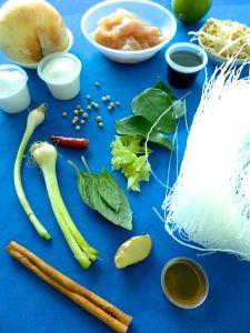 sopa de pollo y fideos de arroz ingr
